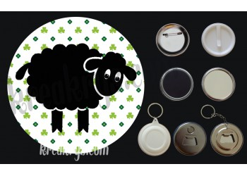 Badge Saint Patrick's mouton noir fond trèfles