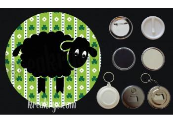 Badge Saint Patrick's mouton noir fond vert trèfles