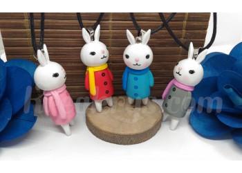 Collier Figurine résine Lapin habillé