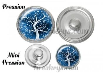 Bouton pression verre arbre sous la neige fond bleu