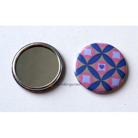 Badge 58mm Miroir de Poche tissu géométrique bleu et rose sur un fond taupe