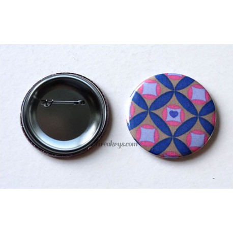 Badge 58mm Broche épingle tissu géométrique bleu et rose sur un fond taupe