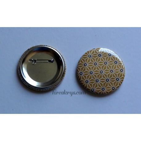 Badge 58mm Broche épingle Tissu Asanoha blanc et noir sur fond jaune moutarde