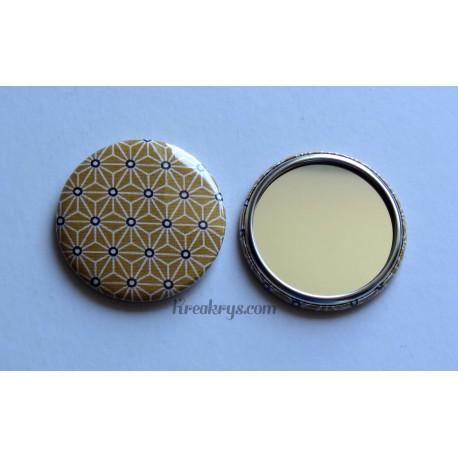 Badge 58mm Miroir de Poche Tissu Asanoha blanc et noir sur fond jaune moutarde